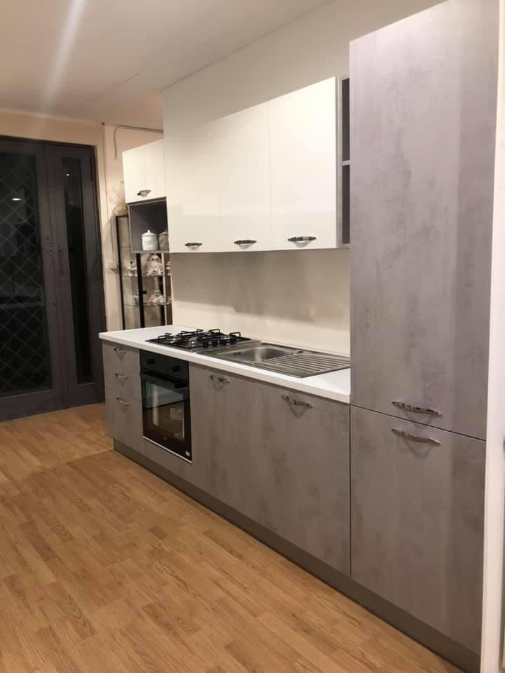 Cucina di mt 3, con cassetti e ante ammortizzati, frigo combinato di L 290 , cappa integrata, elettrodomestici beko in promo €1350,00